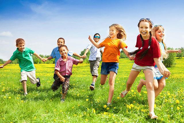 Bé dễ dàng ghi nhớ từ vựng tiếng Anh về thời tiết khi vui chơi ngoài trời, trải nghiệm thực tế những hiện tượng nắng, gió