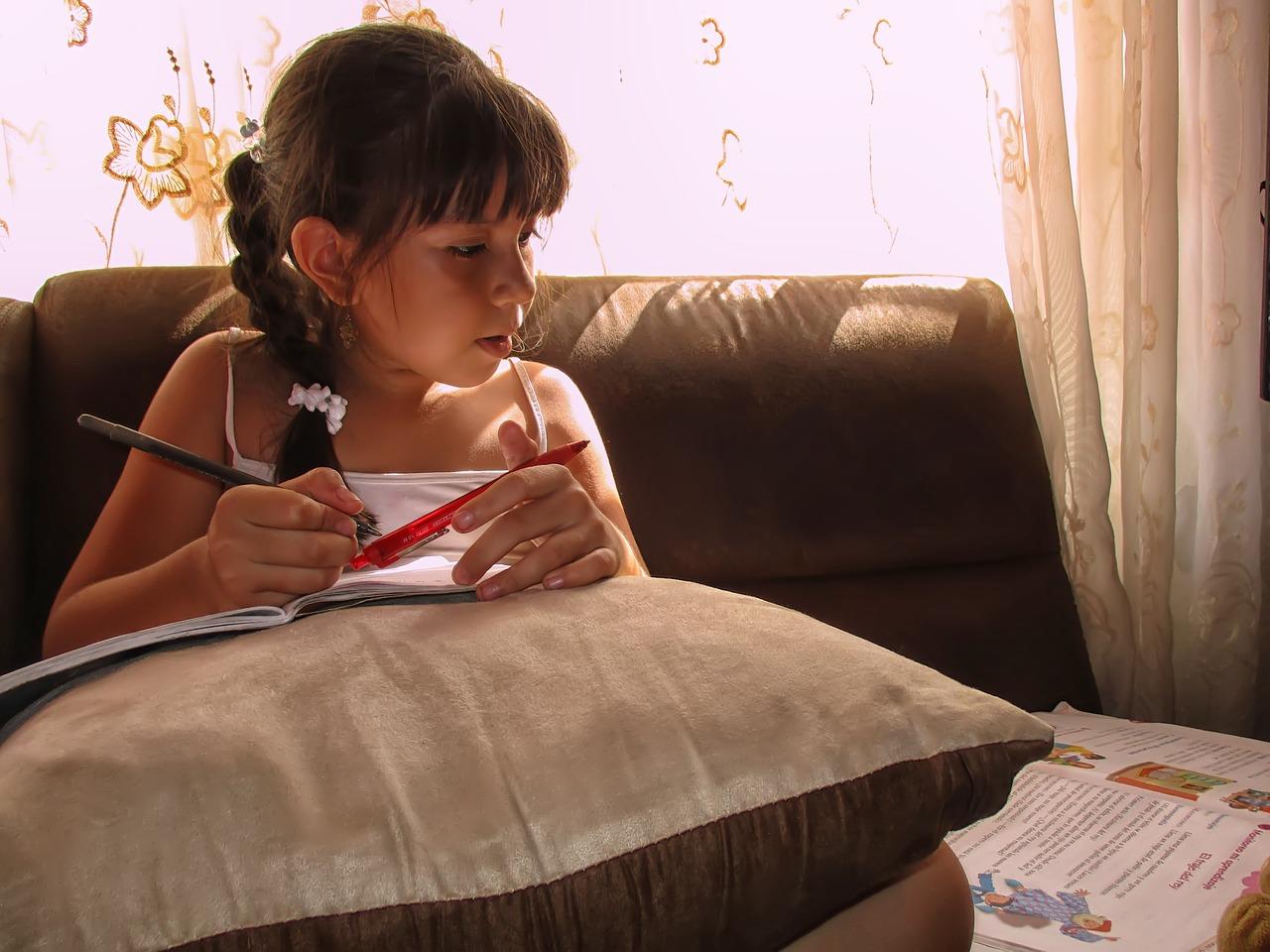 Trẻ mẫu giáo có thể học tiếng Anh qua truyện tranh để tăng thêm vốn từ vựng