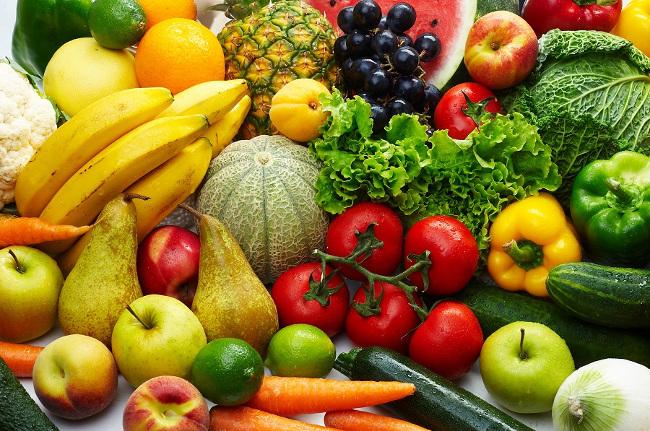 Rau xanh và trái cây cung cấp nhiều vitamin và khoáng chất thiên nhiên cho bé