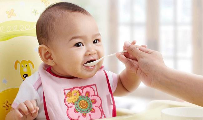 Cho bé ăn từ ít đến nhiều, không ép bé ăn khi bé không muốn ăn
