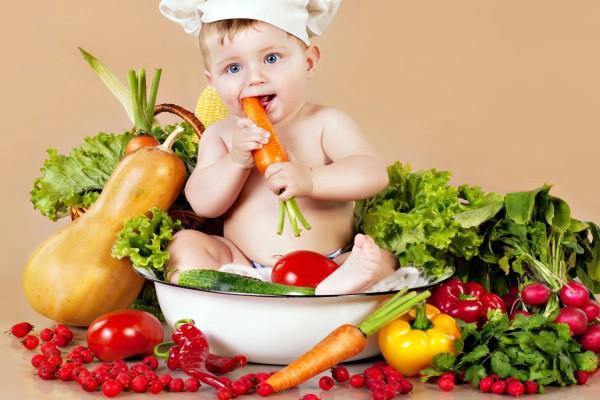 Nên cho bé ăn nhiều rau củ nhằm cung cấp nhiều vitamin cho sự phát triển của bé