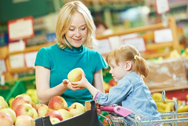 Khi đi siêu thị là thời gian tuyệt vời để mẹ dạy bé tập nói và cho trẻ khám phá thế giới bên ngoài