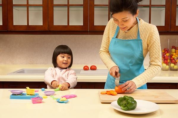 Mẹ có thể vừa nấu bếp vừa trò chuyện và dạy bé các từ đơn giản liên quan đến vật dụng nhà bếp, rau củ quả