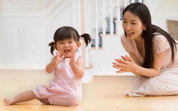 Người lớn trò chuyện với bé giúp bé học hỏi kho ngôn ngữ và dần hiểu nghĩa