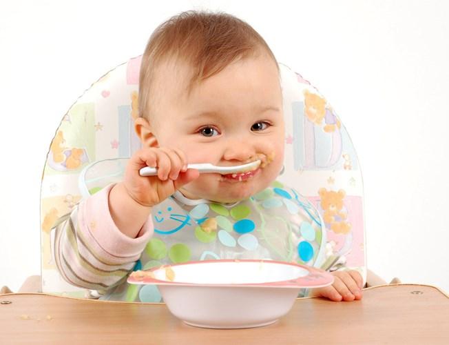 Phụ huynh nên dạy bé tự múc ăn khi còn nhỏ