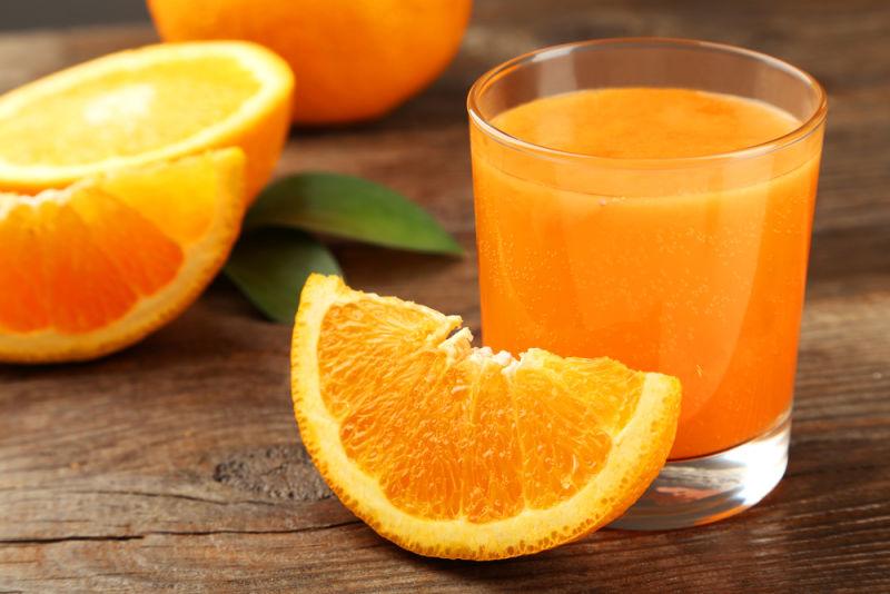 Nước ép cam tươi cung cấp nhiều vitamin và kích thích vị giác của bé