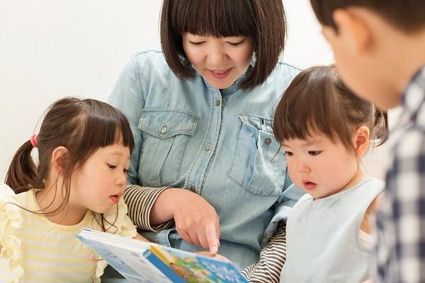 Đọc sách cho trẻ nghe mỗi ngày cũng là cách để dạy trẻ 2 tuổi thông minh