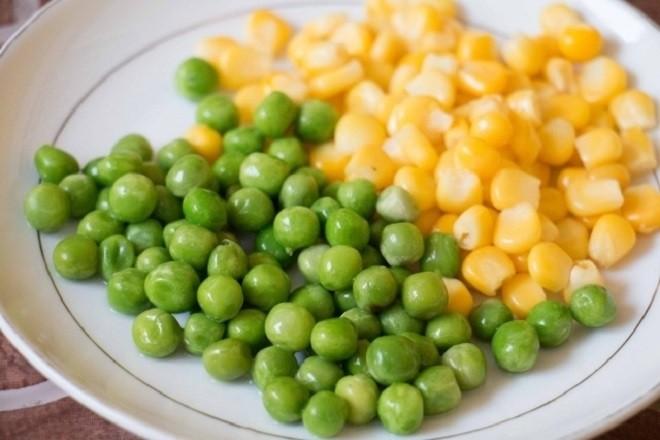 Đậu Hà Lan và bắp có thể kết hợp với nhau cho ra món ăn dặm vừa bổ dưỡng, vừa lạ miệng, dễ ăn với bé