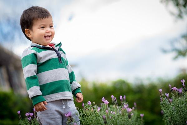 Cho bé vận động thể chất thường xuyên