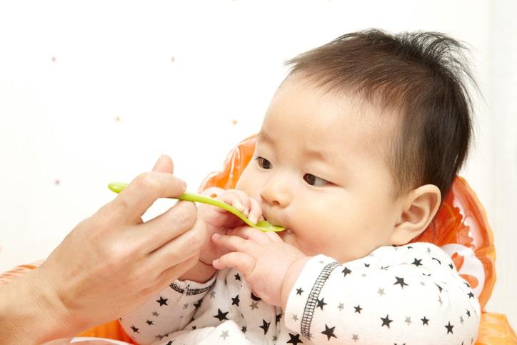 Cần xay nhuyễn thức ăn để tránh làm bé hóc, nghẹn