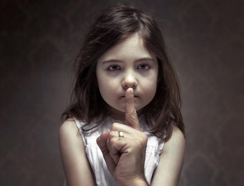 Dạy trẻ cách thể hiện cảm xúc bản thân thay vì cấm đoán, nghiêm khắc với trẻ trong mọi việc