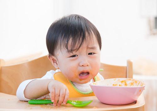 Để tránh bé biếng ăn, lười ăn cần tạo hứng thú cho mỗi bữa ăn dặm của bé