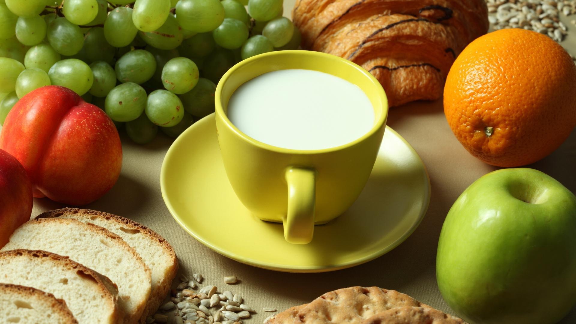 Bữa phụ dinh dưỡng cho trẻ 1 tuổi nên bổ sung sữa, các thực phẩm làm từ sữa, tái cây và bánh quy