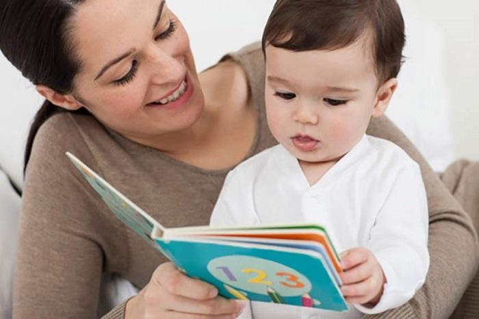 Đọc sách và giải thích cho bé nghe mỗi ngày