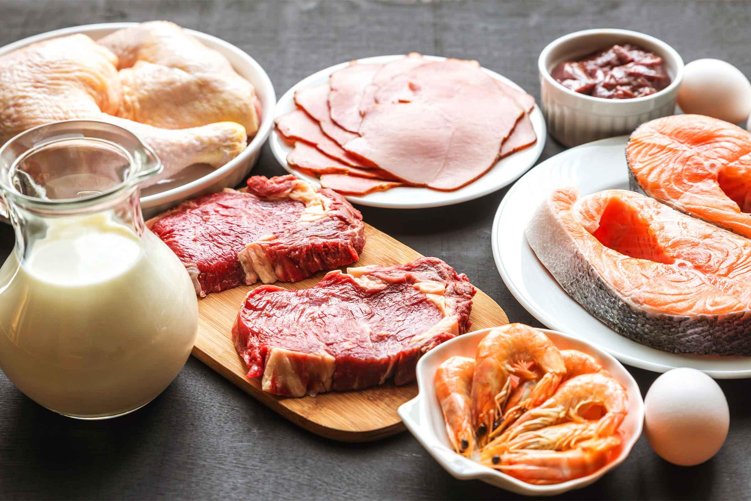Nên cho trẻ nhỏ ăn vừa phải các loại thịt, cá, tôm, cua, trứng, sữa