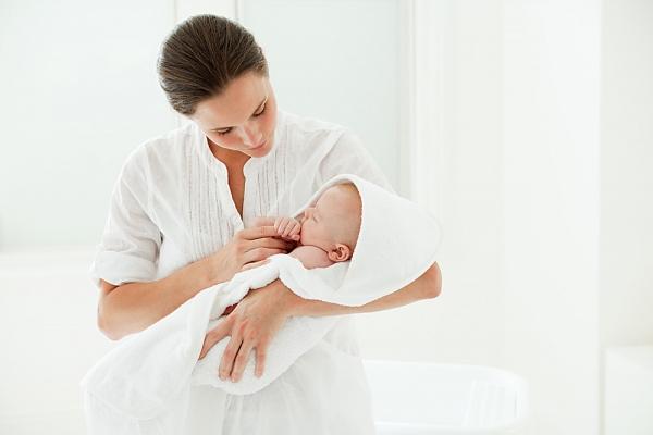 Cần đỡ đầu, cổ và xương sống của bé thẳng khi bế lâu