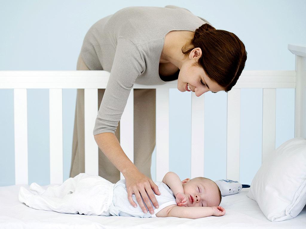 Nên cho trẻ sơ sinh nằm nôi, nằm ngửa thẳng lưng trong phòng thoáng mát