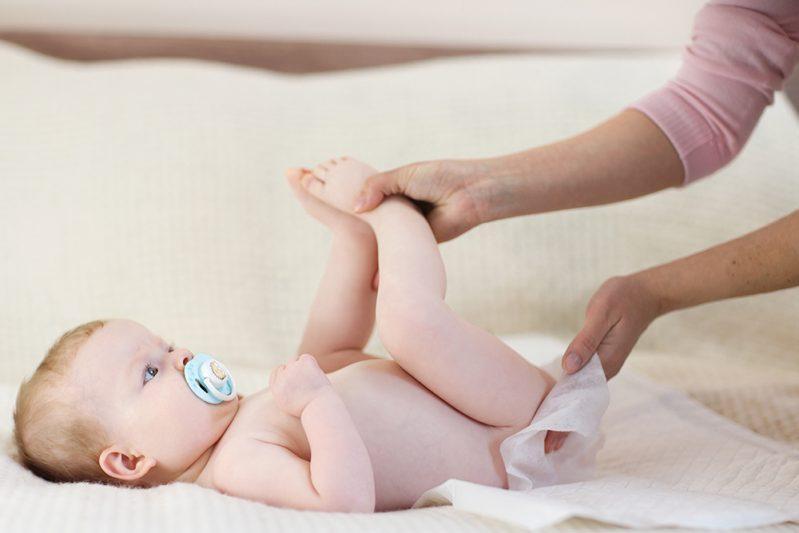Phụ huynh cần thay tã ngay sau khi bé tè, ị và vệ sinh trong mỗi lần thay
