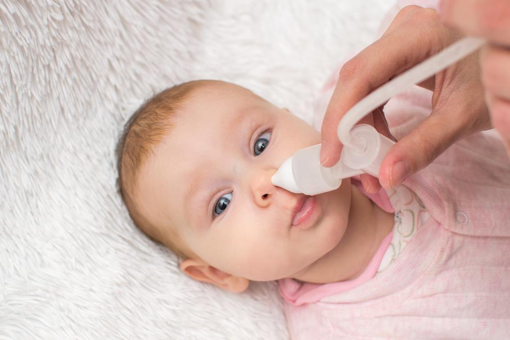 Khi bé cảm vặt như hắt hơi, ngạt mũi, ho nên đưa đi gặp bác sĩ để tránh bệnh trở nặng