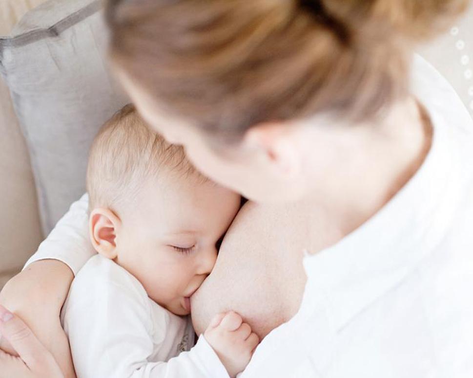 Bé 2 tháng tuổi cần bú mẹ hoàn toàn để tăng cường hệ miễn dịch