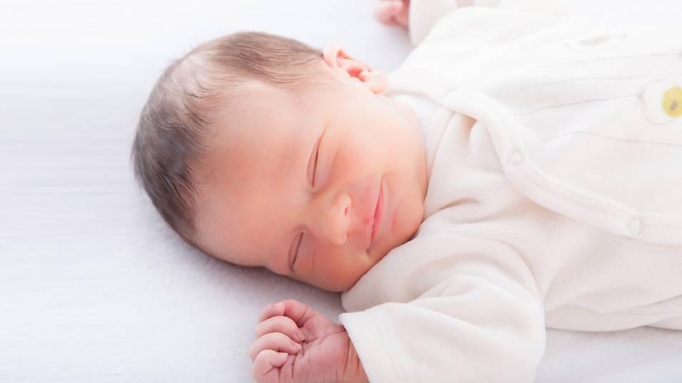 Bé 2 tháng tuổi cần ngủ đủ 15 giờ/ngày trong không gian mát mẻ, êm ái