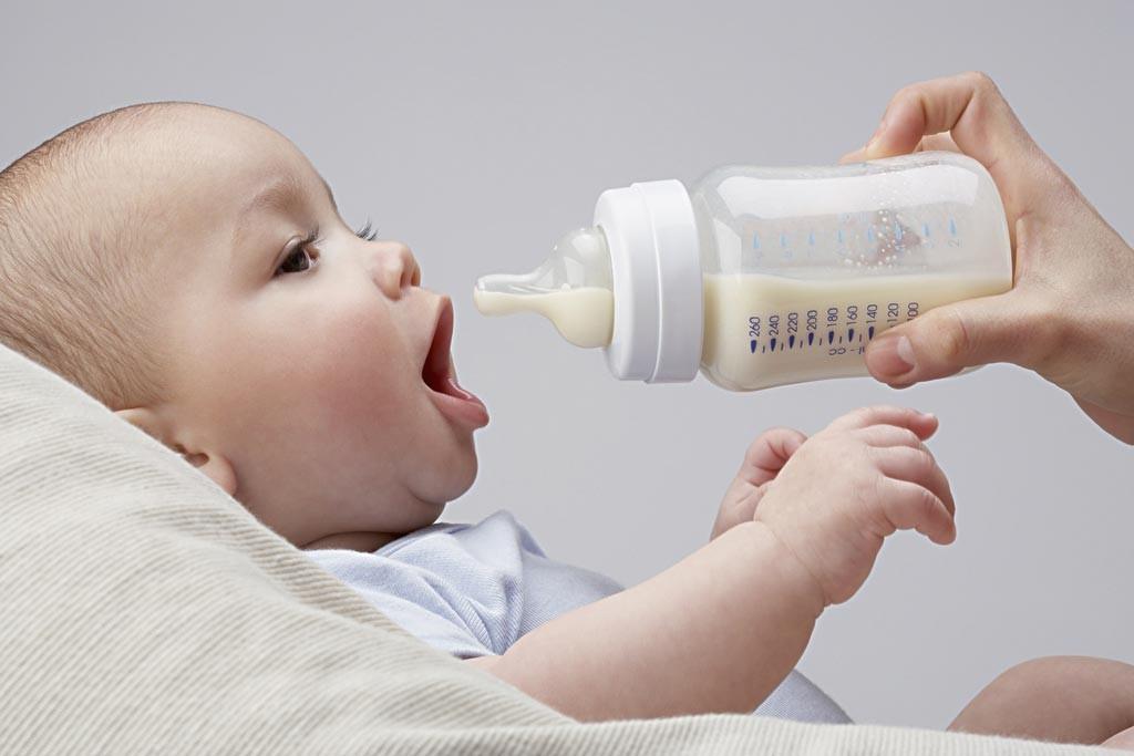 Sữa công thức cần bổ sung với liều lượng hợp lý nếu sữa mẹ không đủ nhu cầu của bé