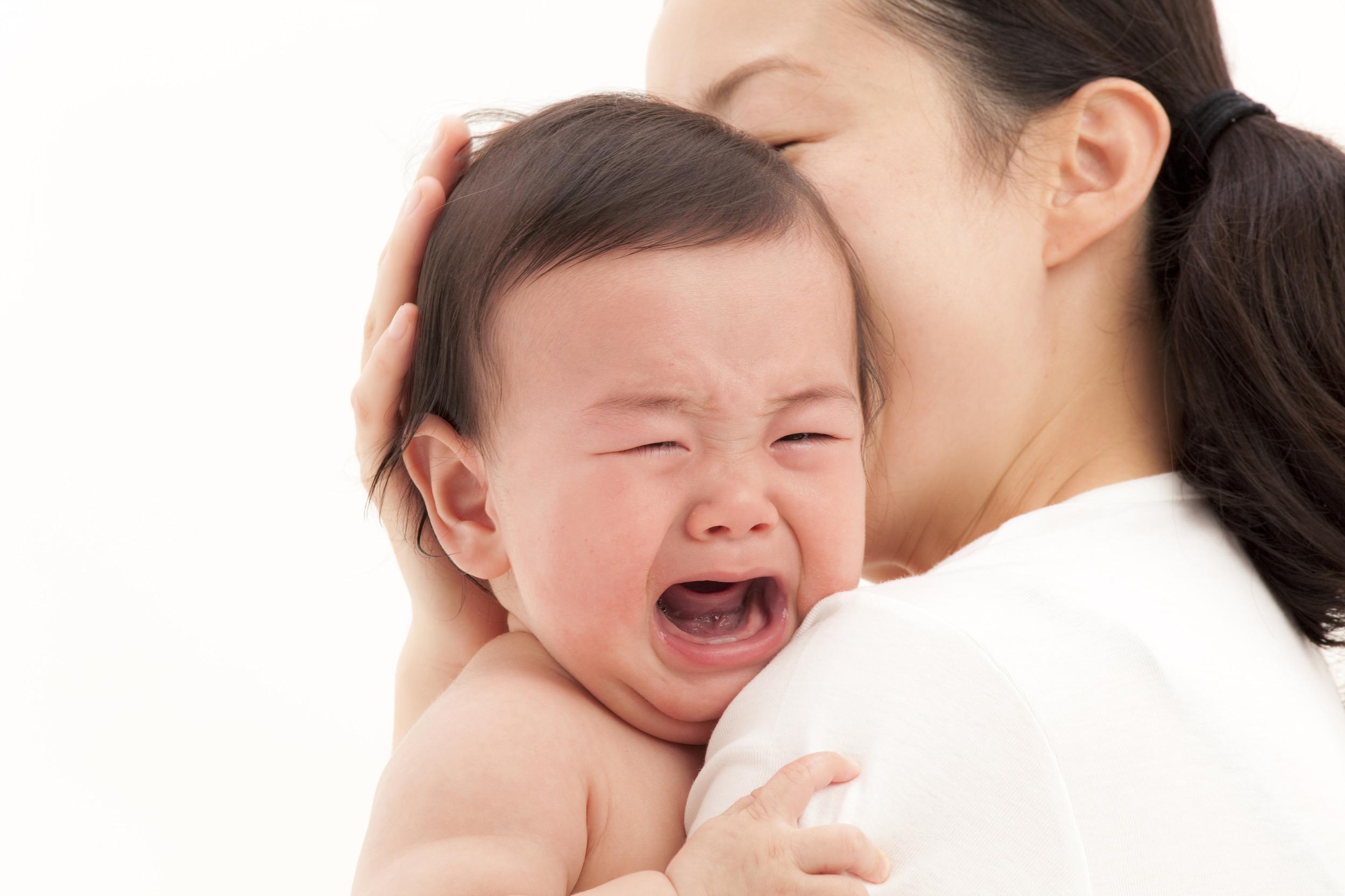 Khi bé khóc, phụ huynh nên tìm nguyên nhân rồi tạo bé cảm giác an toàn