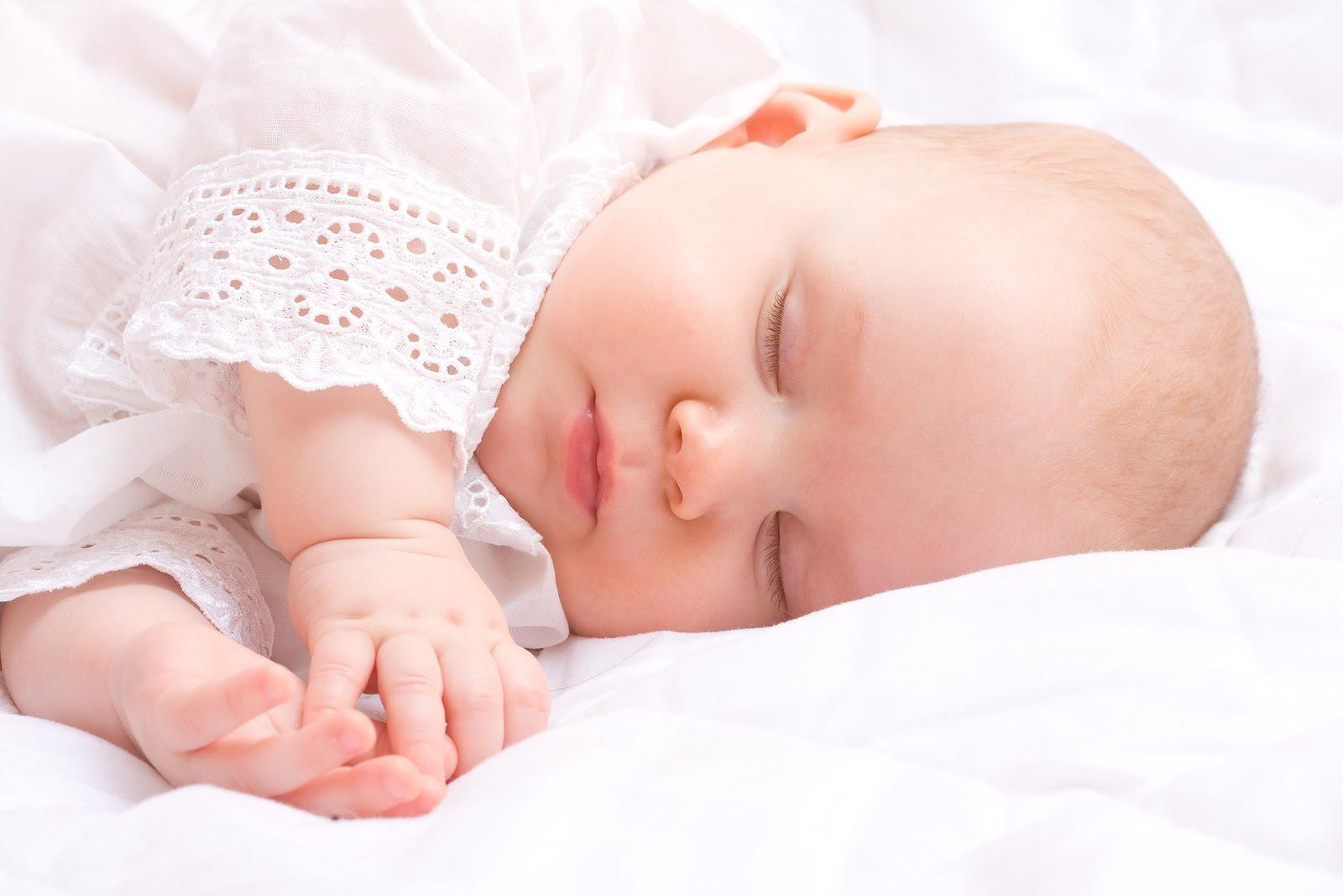Mẹ nên tập cho bé ngủ đúng giờ để hình thành thói quen tốt cho sự phát triển