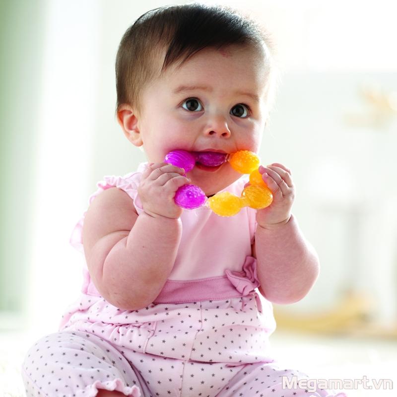 Bé 6 tháng tuổi hay ngậm đồ trong miệng nên cần vệ sinh đồ chơi và tránh để vật nguy hiểm trong tầm với của bé