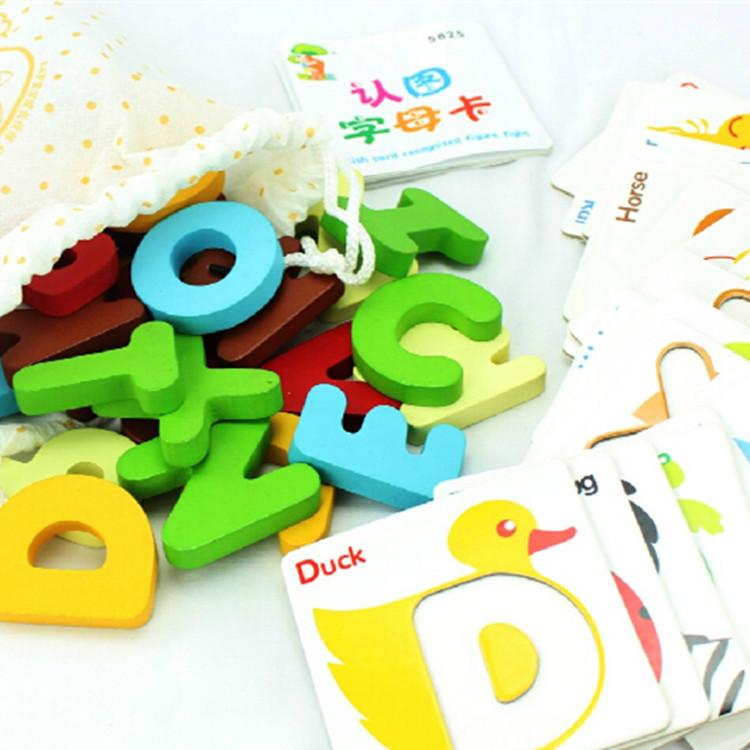 Thẻ chữ cái nhiều màu sắc giúp bé hứng thú khi tập đọc hơn là chữ viết trên giấy, bảng