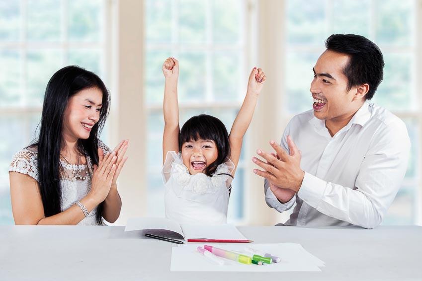 Cha mẹ nên động viên khi bé học không tốt và khích lệ bé phát huy những môn có năng khiếu