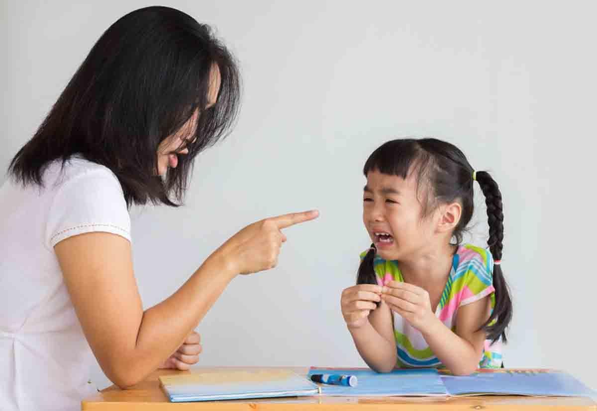 Việc so sánh, hạ thấp khả năng của bé so với bạn bè khiến con dần tự ti và yếu đuối