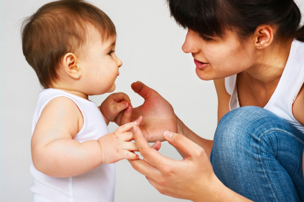 Người lớn nên thường xuyên nói chuyện với bé để kích thích khả năng ngôn ngữ của trẻ