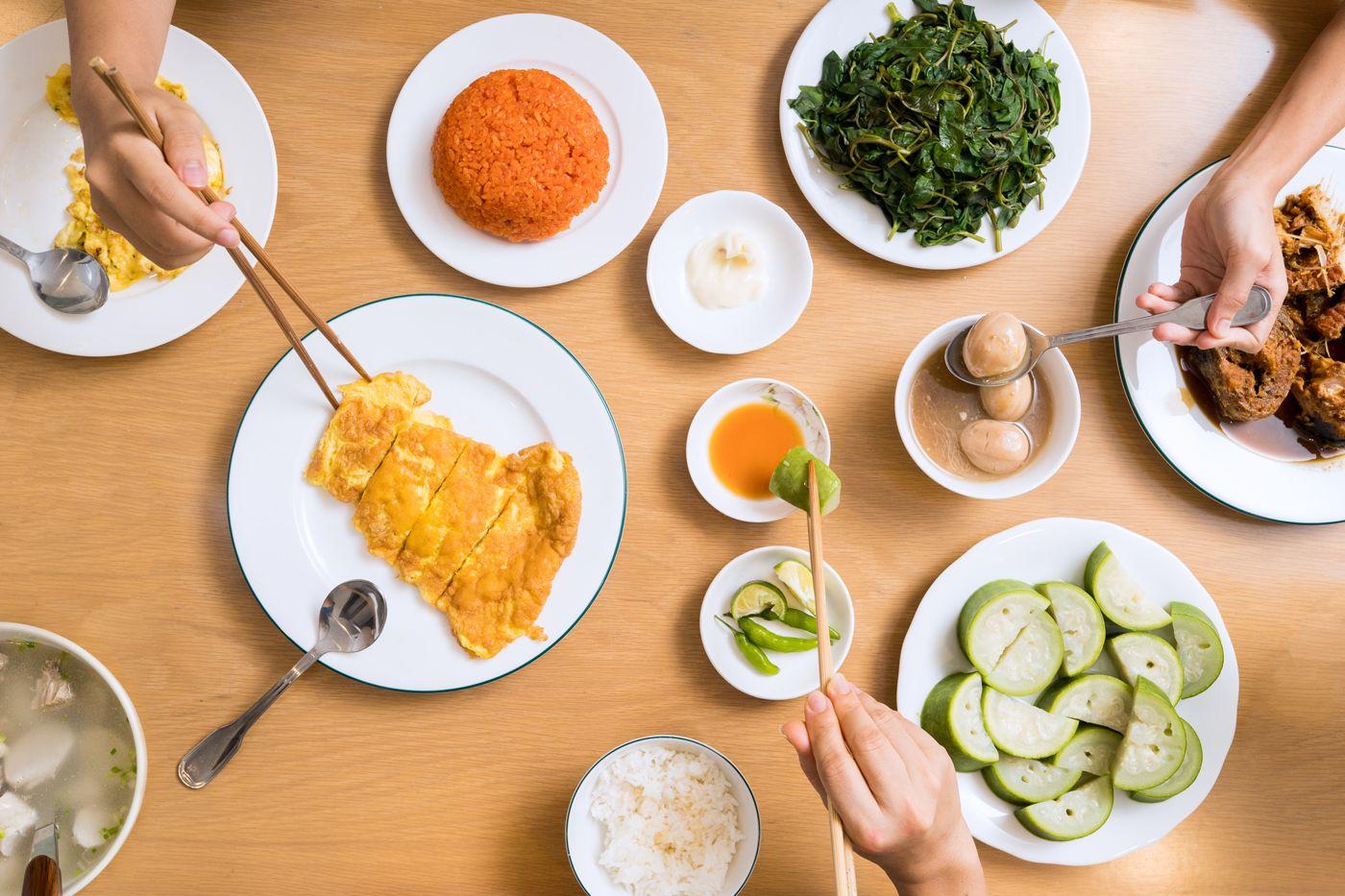 Dạy bé đếm số chén/tô/dĩa khi chuẩn bị bàn ăn