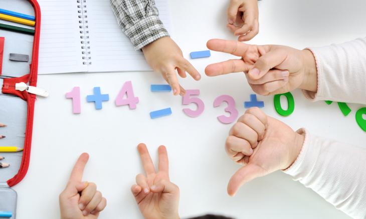 Vì phép tính trong phạm vi 10 nên có thể đếm bằng tay thay cho que tính