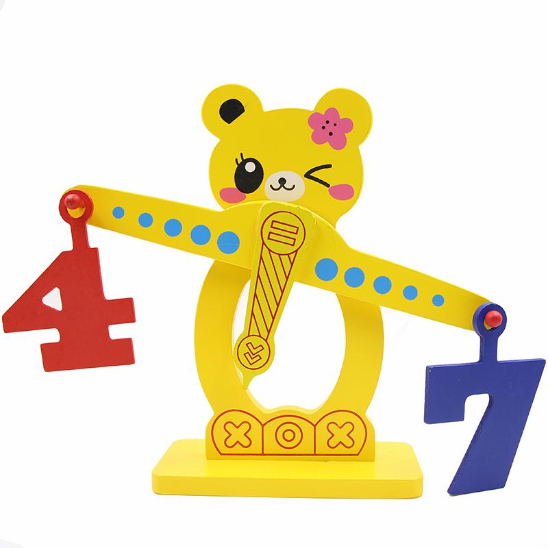 Chiếc cân toán học là một đồ chơi rất bổ ích giúp bé so sánh các số lớn/bé