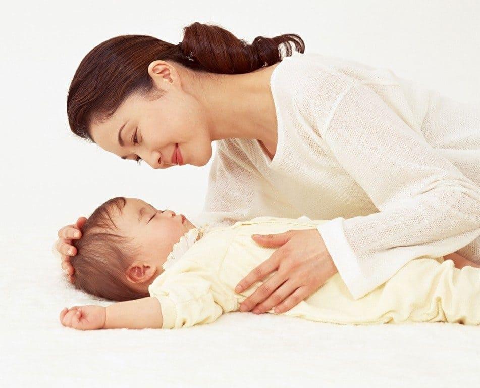 Vỗ về sẽ giúp trẻ cảm thấy an toàn và ngủ ngon hơn