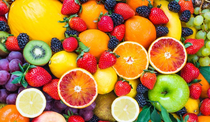 Mẹ có thể dạy bé 5 tuổi từ vựng tiếng Anh về trái cây khi đưa bé đi siêu thị và chỉ vào vật thật để bé nhớ lâu