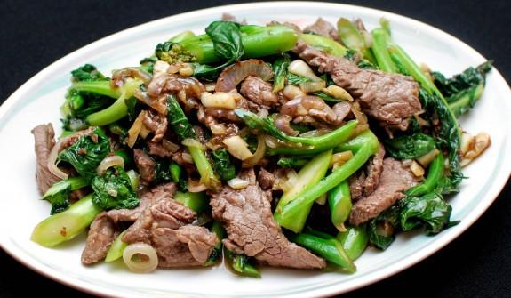 Thịt xào rau chân vịt là món ăn hấp dẫn nên có trong thực đơn của bé