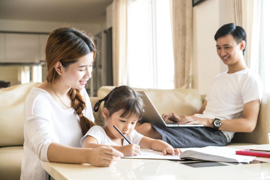Chỉ cần bố mẹ làm gương cho sự chuẩn mực, trẻ sẽ nghe lời và ngoan ngoãn hơn