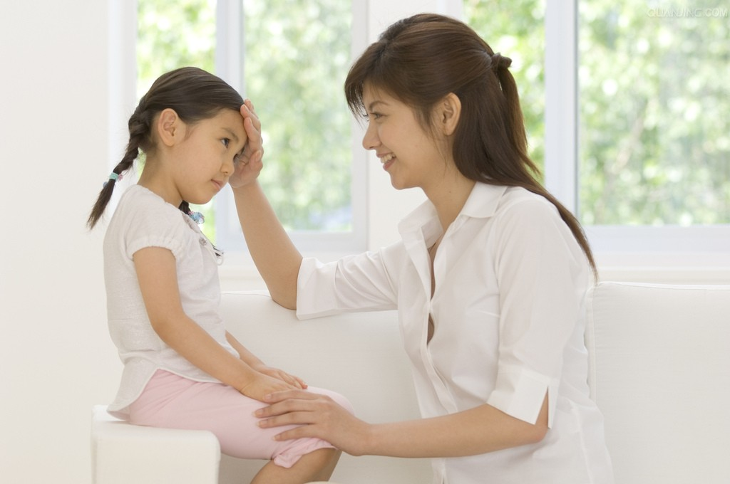 Khi trẻ cảm nhận được tình cảm của bố mẹ, trẻ dễ dàng nghe theo lời khuyên của phụ huynh