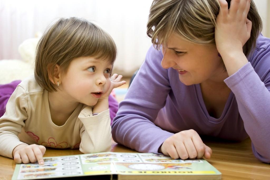 Hãy trò chuyện chân thành để trẻ hiểu lí do của việc nghe lời bố mẹ chứ không nên ép buộc con