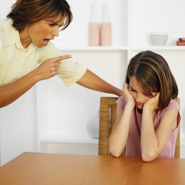 Bố mẹ nên hạn chế la mắng con mà chưa lí giải về lỗi sai của bé