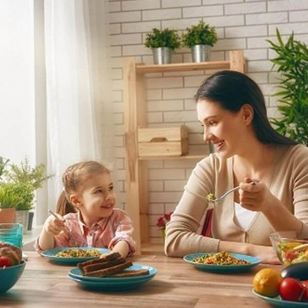 Mẹ có thể làm bạn và tạo niềm vui khi ăn cùng con để giúp con ăn ngon, ăn nhiều hơn