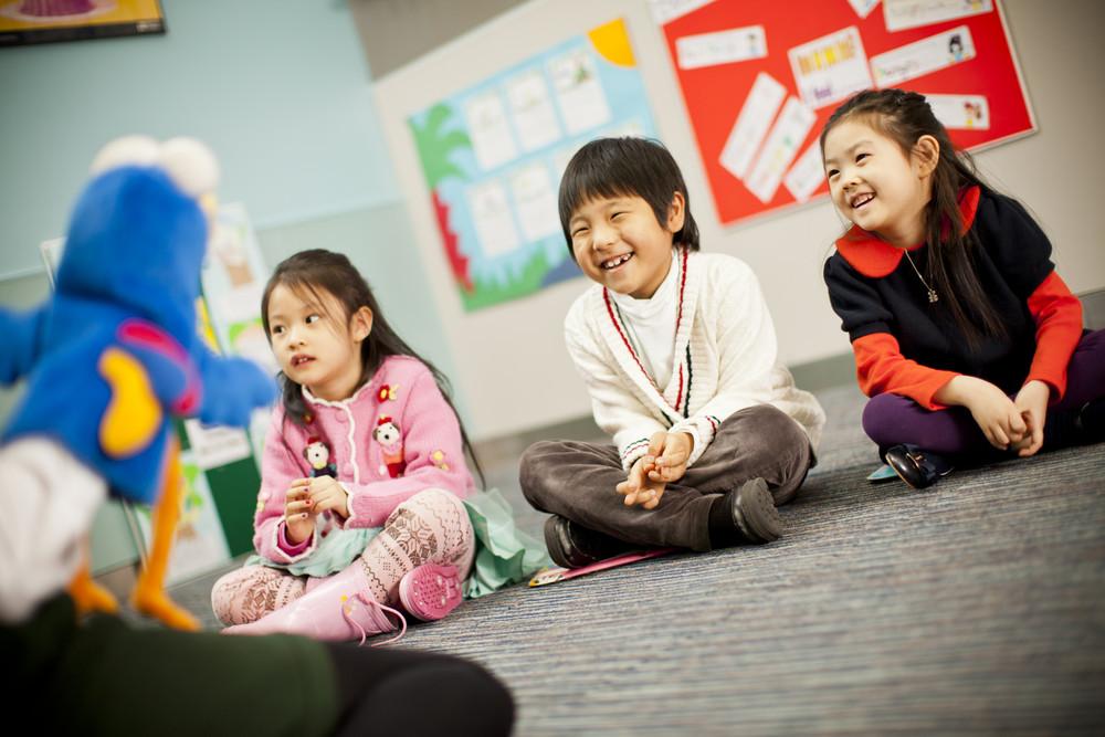 Trẻ nên được học tiếng Anh trong không khí vui nhộn, các bài học trực quan thay vì nặng lý thuyết
