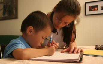 Khi chấm bài, phụ huynh không chỉ chú ý đến việc chữa lỗi cho học sinh