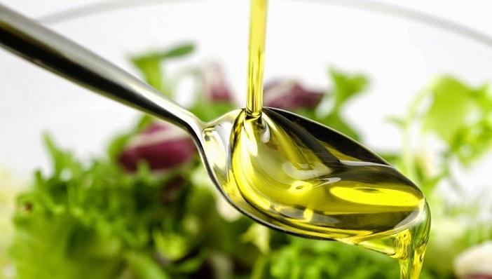 Cách bỏ dầu ăn vào cho con ăn đúng cách