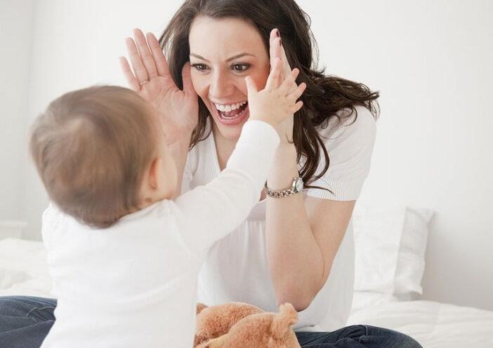 Cùng vui chơi với con khi dạy trẻ chậm phát triển