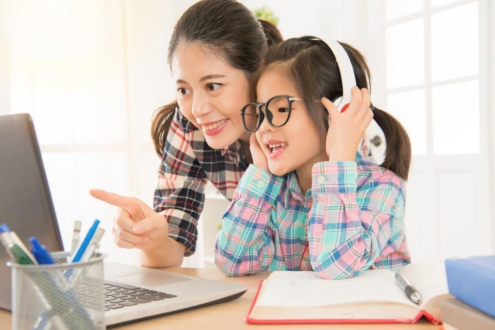 Máy học tiếng Anh giúp bé có thêm hứng thú học tập vì tâm lý trẻ nhỏ thường thích các thiết bị điện tử hiện đại