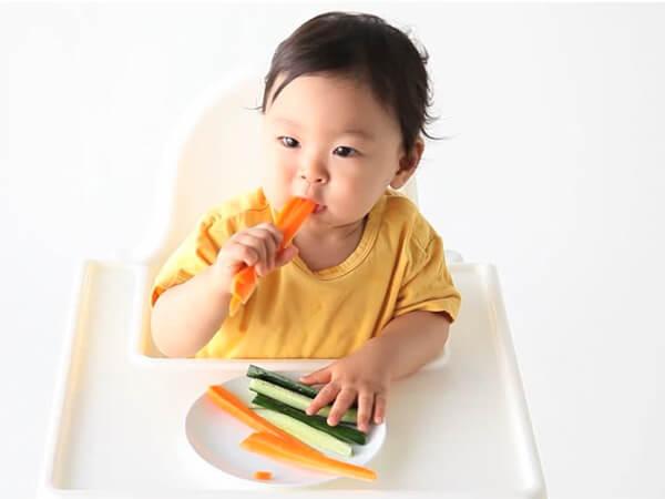 Ăn dặm BLW là phương pháp cho phép bé tự quyết định